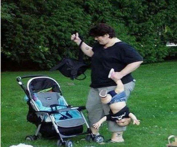 8. Даже не знает, как правильно держать ребенка мать, поведение, ужас