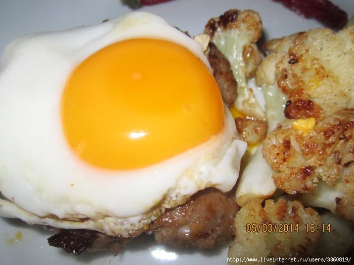 Рубленный бифштекс с луком и яйцом