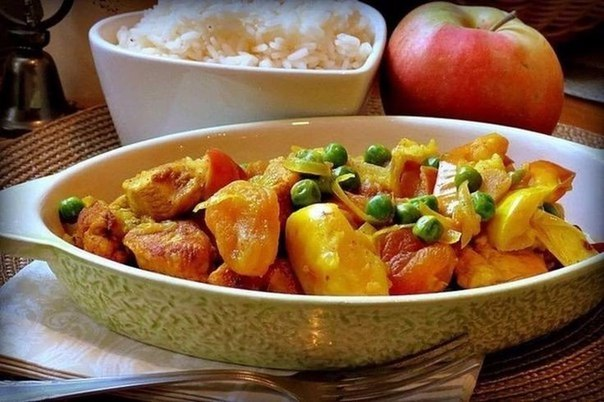 Сочная и пряная, остро-сладкая курица с яблоками, курагой и горошком