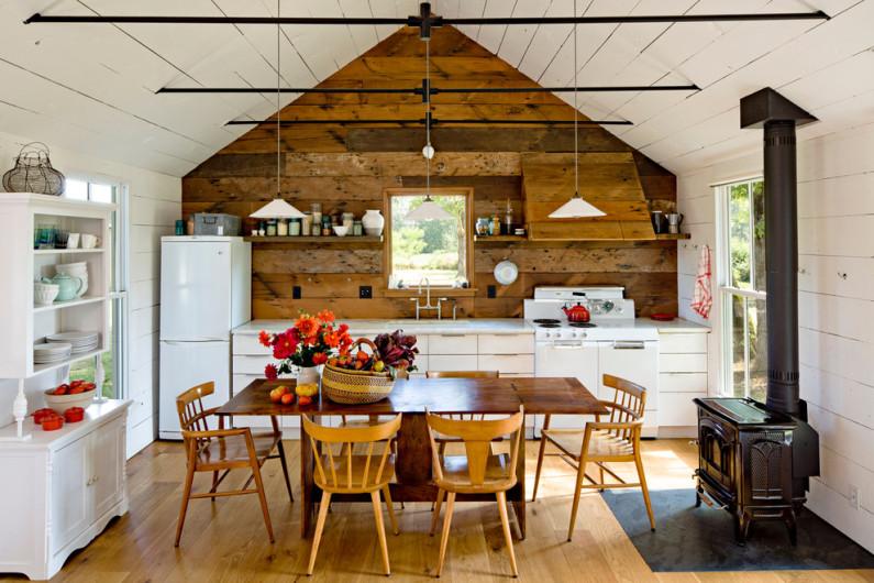 Интерьер деревенской кухни в частном доме