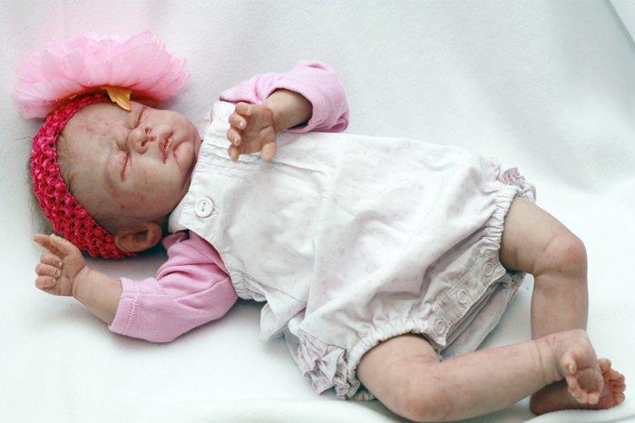 Прожектор Евы.Ру: имитация ребенка: <b>Ваши куклы одеты. Как вы придумываете им одежду? Кто ее шьет? Вы сами?</b> Куклу реборн я обшиваю сама. Если у меня есть в голове готовый образ, то чаще подбираю фирменную детскую одежду. И занимаюсь потом доработкой этой одежды – дизайном.