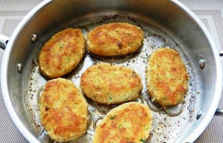 Рыбные котлеты с картофелем.