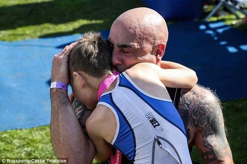 Гордый отец Джонатан Метьюз обнимает своего сына Бэйли, который несмотря на тяжелое заболевание, не только смог финишировать в турнире по триатлону, но и завершил крайние 20 метров без специальных ходунков болезнь, жизнь, ребенок, финиш