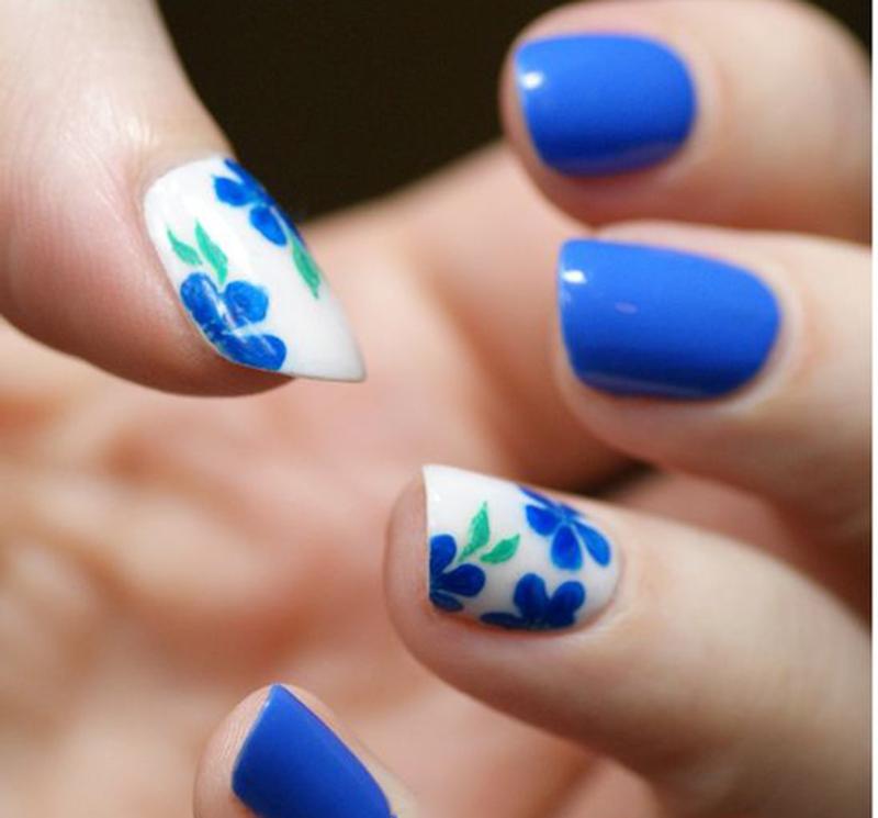 Рисунок на коротких ногтях синим цветом