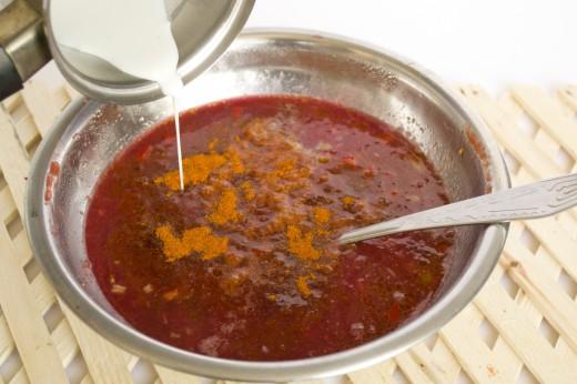 Соус ткемали с кусочками овощей