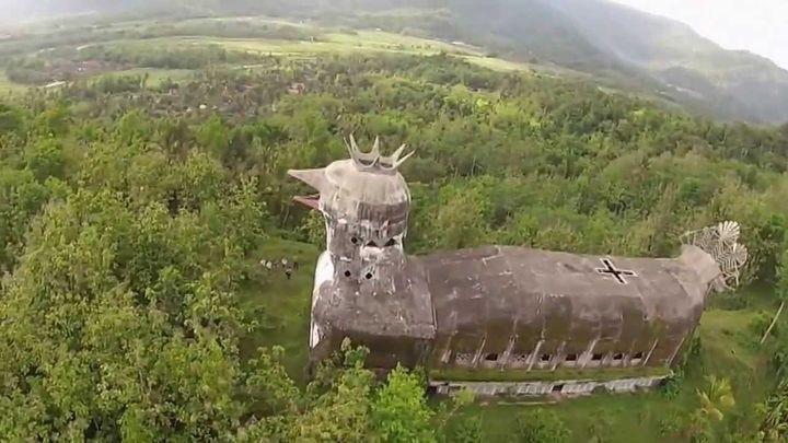 Заброшенная церковь в виде курицы