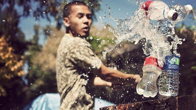 парень разливает воду