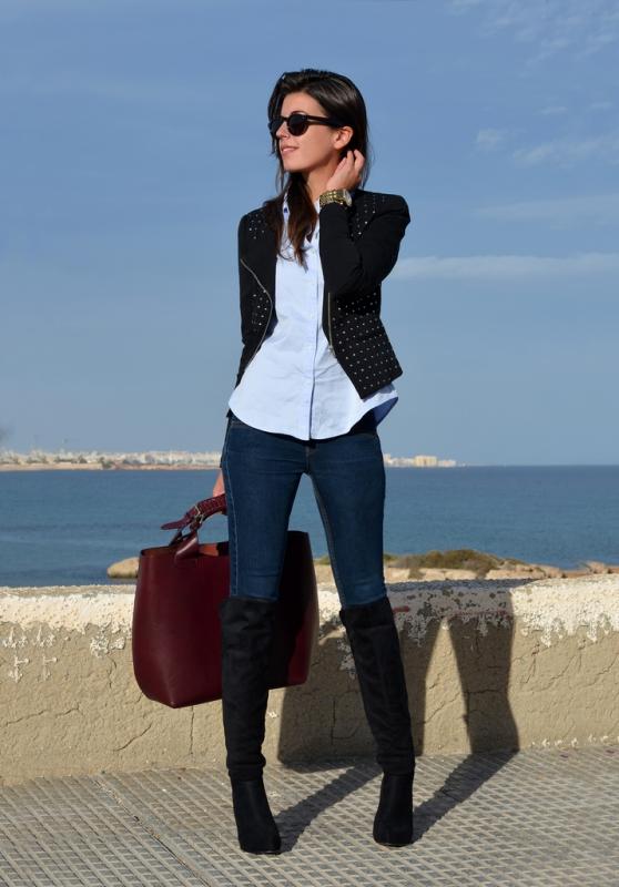 Узкие джинсы носите с ботфортами до колен