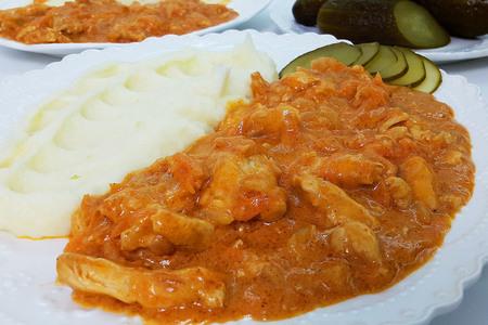 Фото к рецепту: Бефстроганов из куриной грудки (ужин за 30 минут)