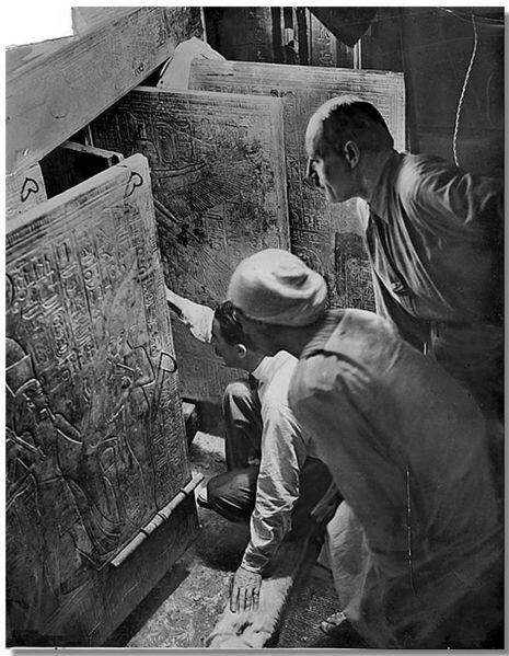 16.02.1923 Г.Картер вскрыл гробницу Тутанхамона, где стоял огромный деревянный саркофаг, обитый золотыми пластинами. интересно, история, фото