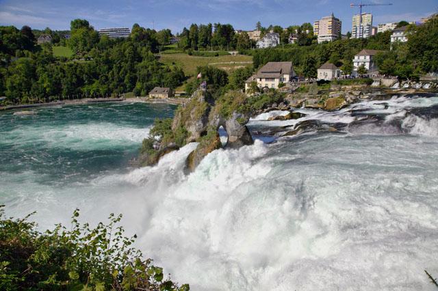 Скалы в середине Рейнского водопада