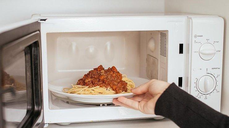 Какие продукты категорически нельзя разогревать в микроволновке