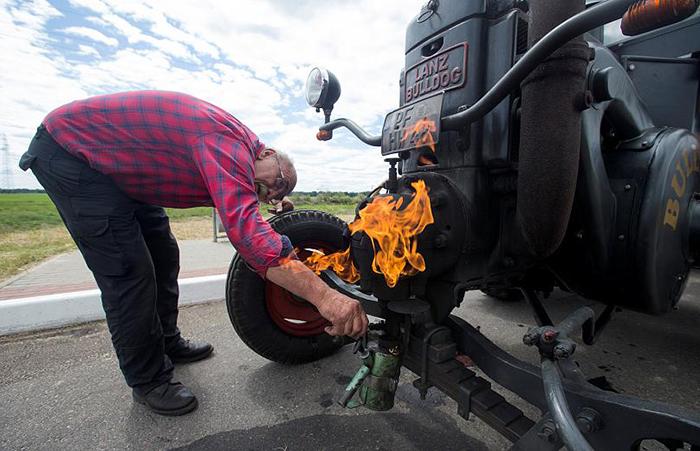 Разогревать мотор трактора приходится вручную.