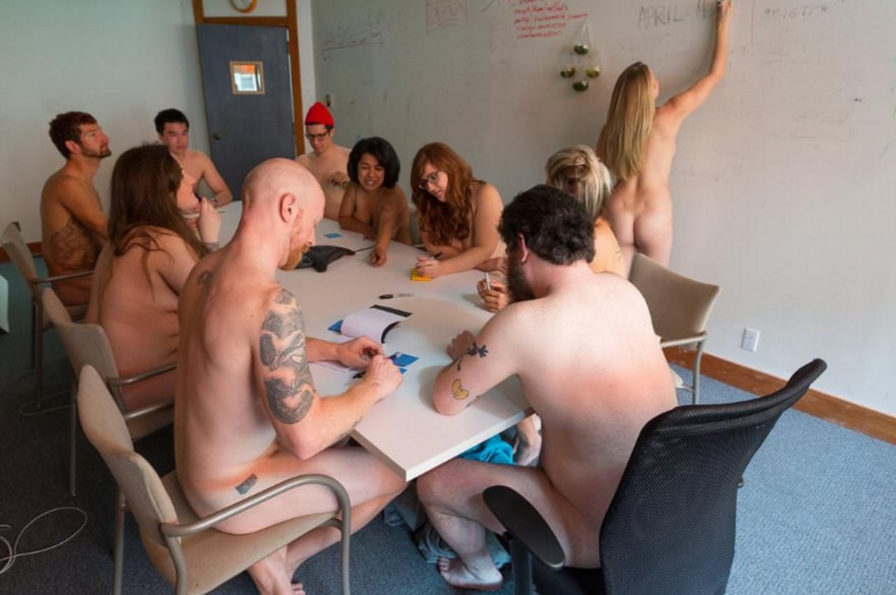 Ходят голые на работе 6 фотография