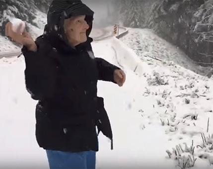 Это бесценно! Сын снял на камеру, как мама радуется снегу. А маме 101 год