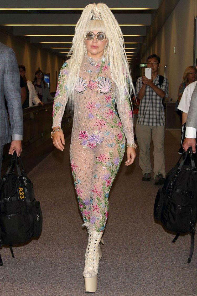 Годы идут, а публика требует зрелищ... Леди Гага, 2013 год история, платье