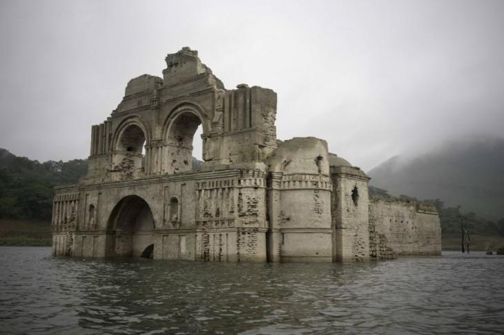 В Мексике из-под воды показался затопленный древний храм