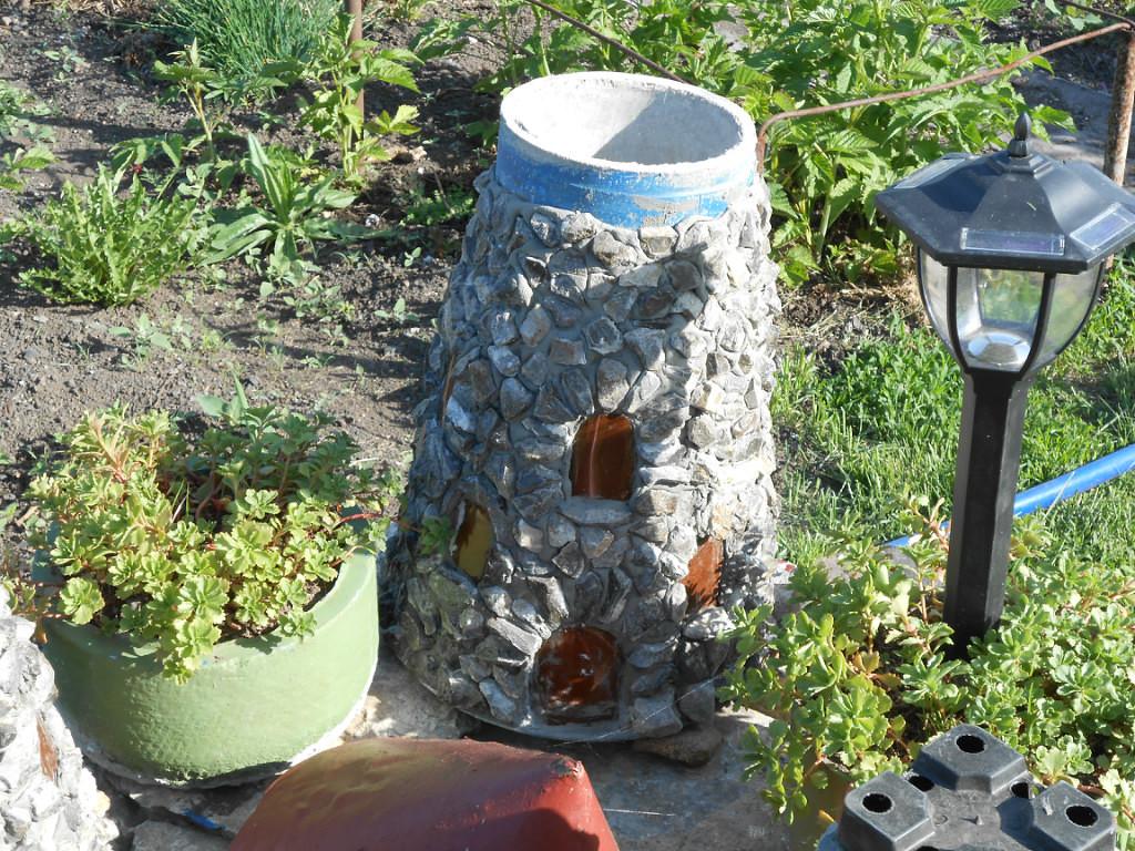 Красивую садовую композицию в виде старинного замка можно сделать из подручных материалов.