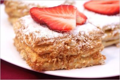 Слоёные пирожные «Мокрый наполеон». Пошаговый кулинарный рецепт с фотографиями приготовление пирожных из слоеного теста с масляным кремом и клубникой.