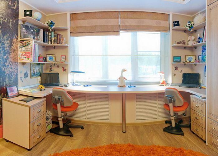 Дизайн комнаты со столом у окна