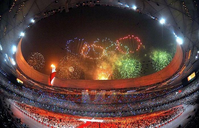 Фееричное закрытие летней Олимпиады 2008 года на главной арене «Птичье гнездо» (Пекин).