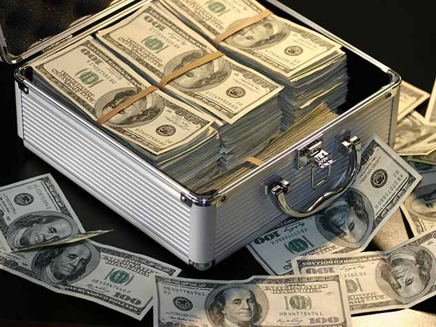 Центробанк три года активно закупает валюту, готовясь к санкциям
