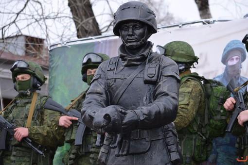 Памятник «Вежливому солдату» с котом