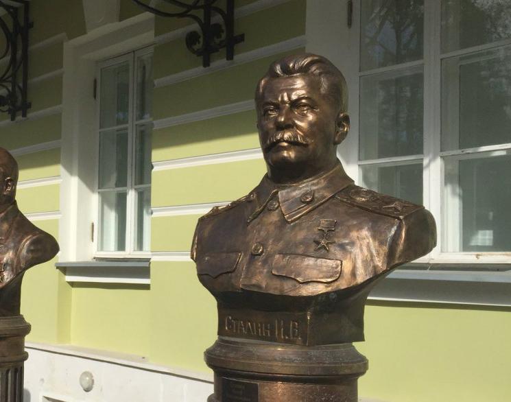 В центре Москвы установили памятник Сталину. Видео