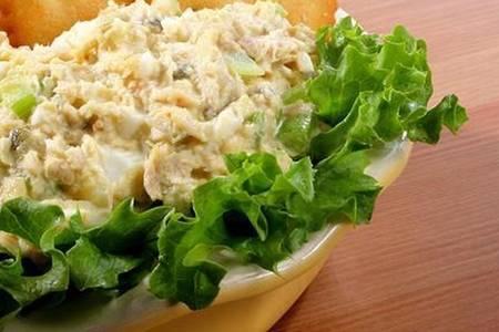 Фото к рецепту: Салат из консервированной горбуши