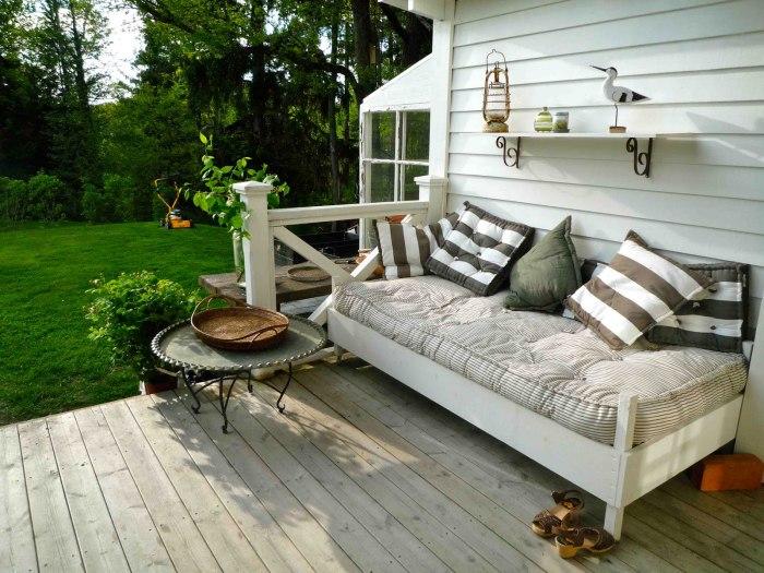 Великолепные диванчики для отдыха возле дома.
