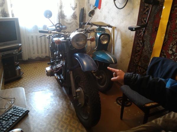 Мотоцикл за стеной