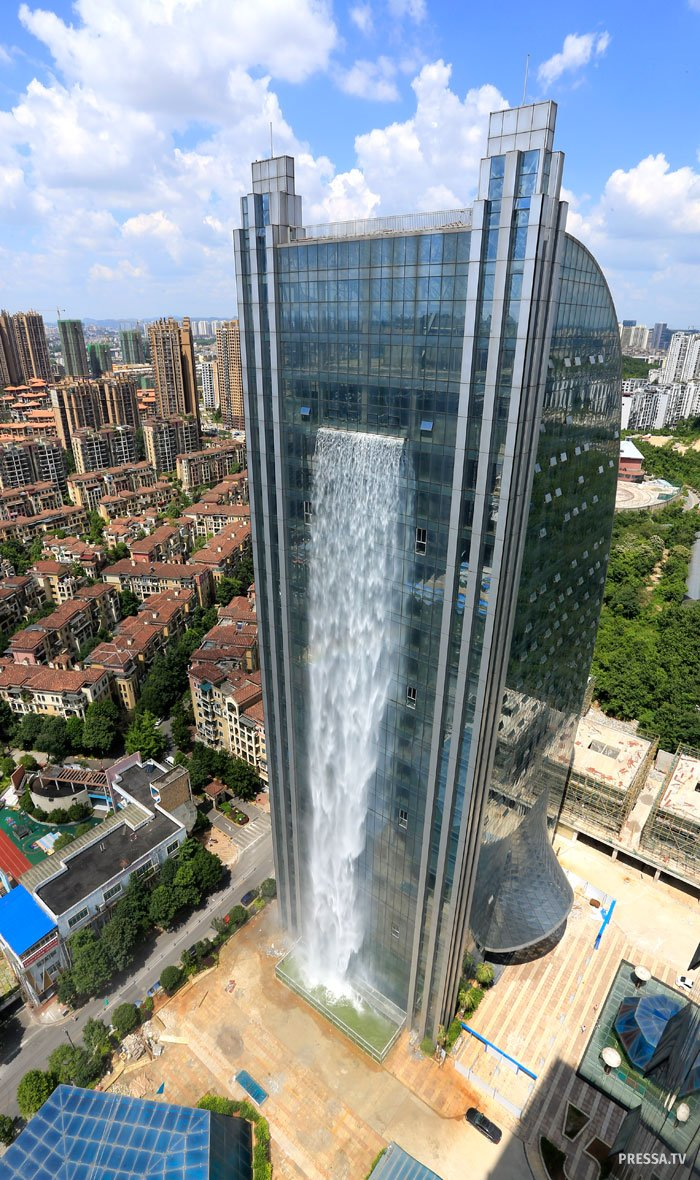 Необычный китайский водопад на небоскребе