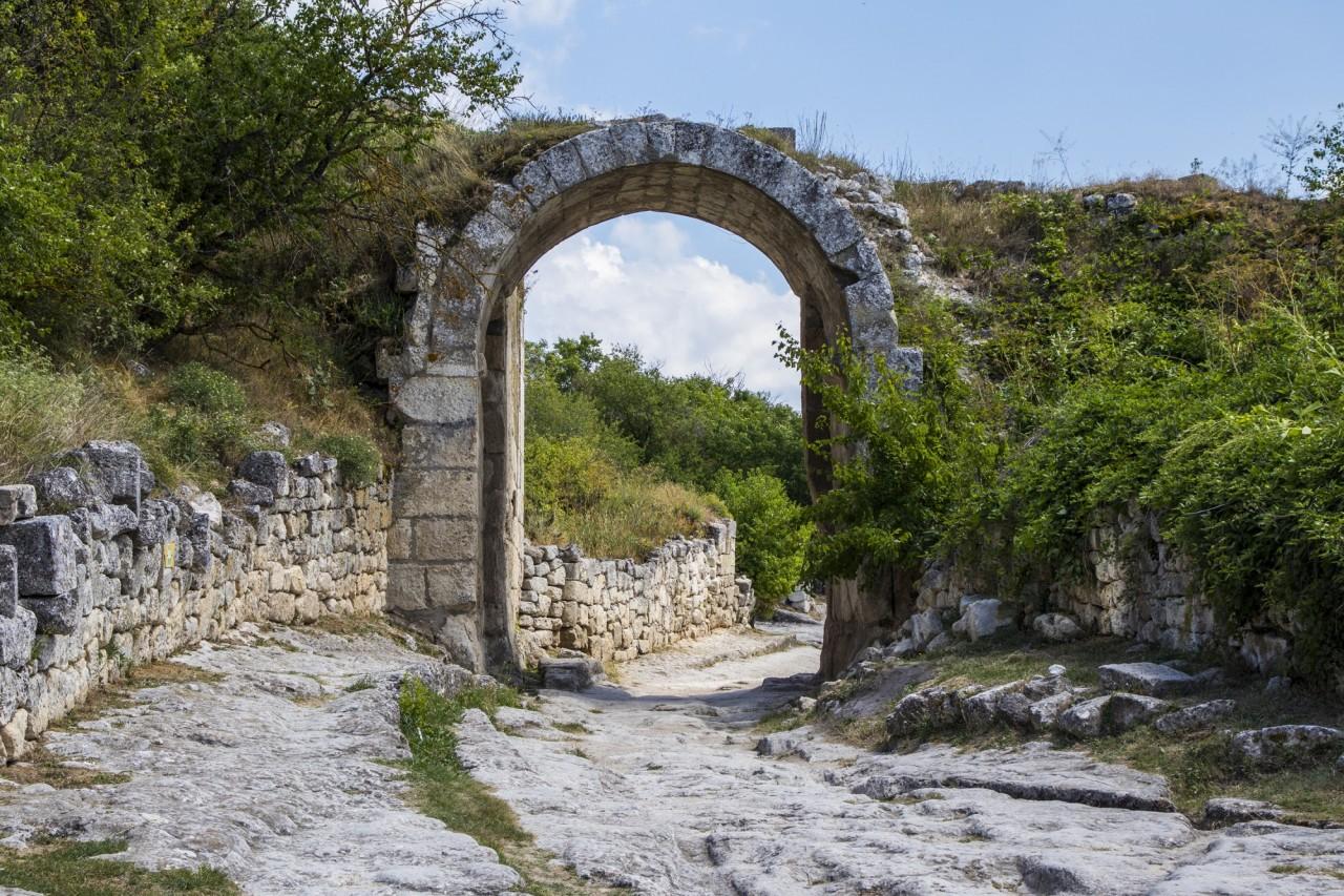 Заброшенный Крым специально для туристов. Чуфут-кале. Караимы, камни и пещеры