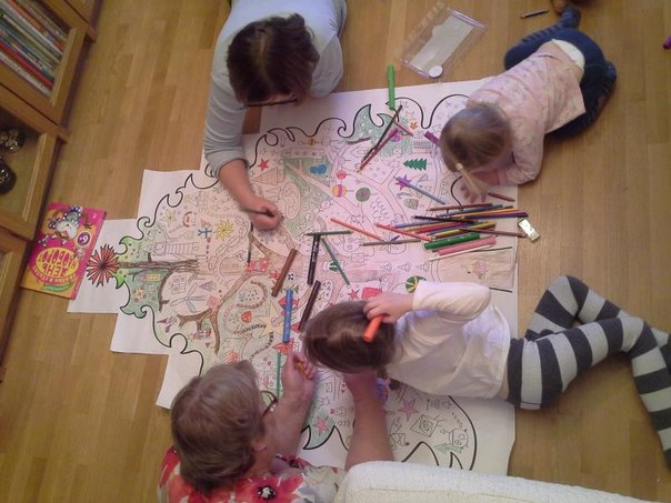 Гигантская елка-раскраска займет ребенка на несколько дней