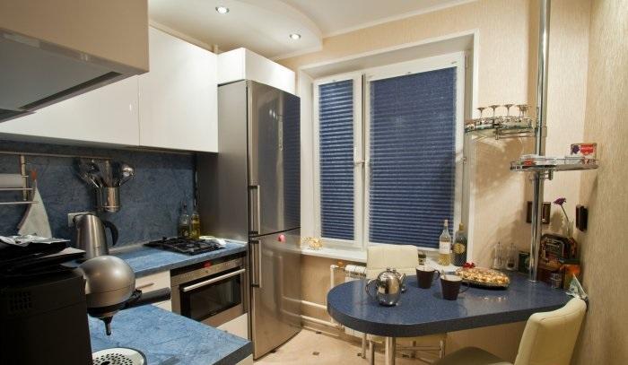 Дизайн кухни в хрущевке с холодильником и