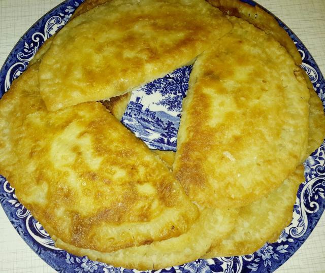 Слоеные жареные пирожки с курицей