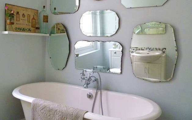Ванная в цветах: серый, светло-серый, белый, темно-зеленый, бежевый. Ванная в .