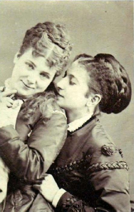 Не новая проблема:  старые фотографии, на которых дамы предельно откровенны в выражении симпатий