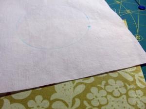 прикладываем расчерченную ткань к другому куску