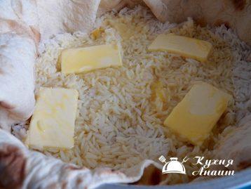 Сверху на рис налить оставшиеся взбитые яйца.