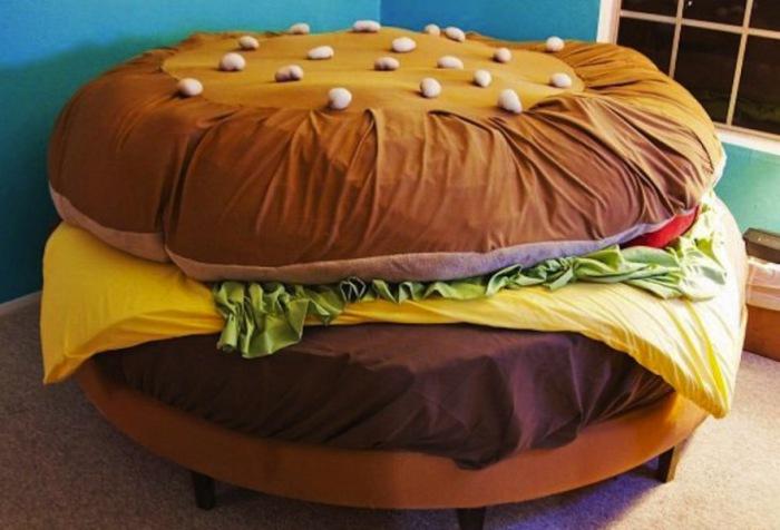 Кровать-гамбургер от Kayla Kromer.