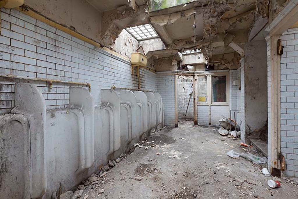 Женщина купила старый общественный туалет и превратила его в квартиру своей мечты