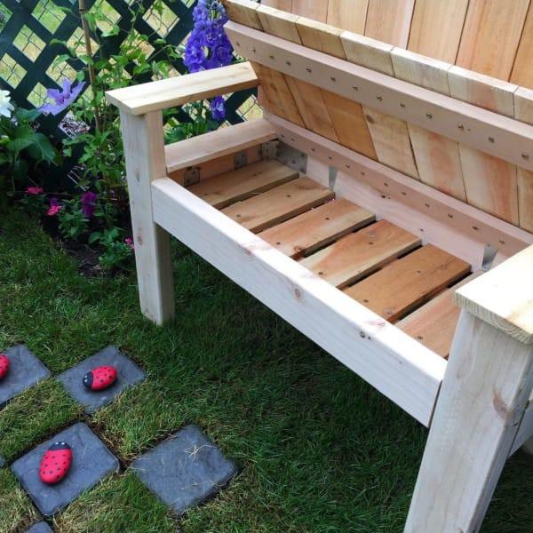 В этой самодельной скамейке есть секретное отделение - для игрушек, книг и любых вещей, которые ребёнок захотел бы носить с собой. идеи для дачи, подарки детям, сад