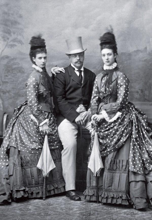 Александр III с императрицей Марией Фёдоровной и её сестрой, принцессой Уэльской Александрой. Лондон. 1880-е гг. Фотоателье «Маул и К°» история, факты