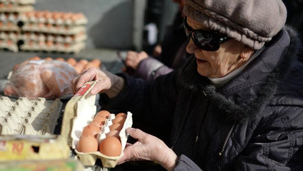 Пенсионерка покупает яйца. Архивное фото