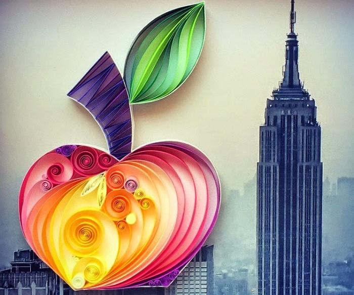 Яблоко, выполненное из скрученных полосок бумаги.