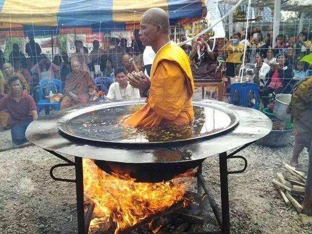Буддийский монах варит себя в кипящем масле (фото + видео)