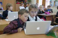 По мнению экспертов, уже пора вводить уроки интернет-безопасности в школах.