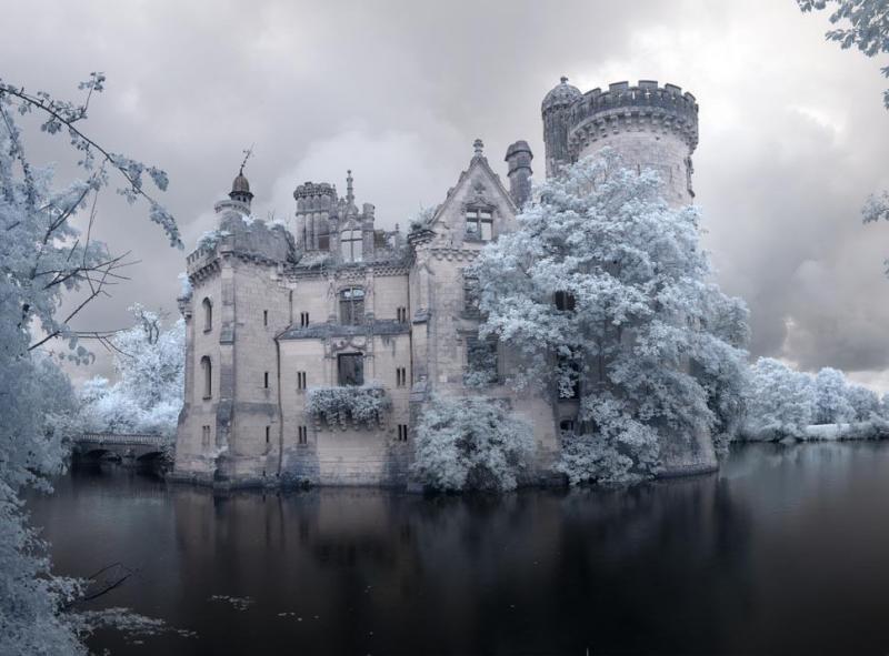 На первый взгляд, это замок из мультфильма. Подойди поближе — и у тебя перехватит дыхание!