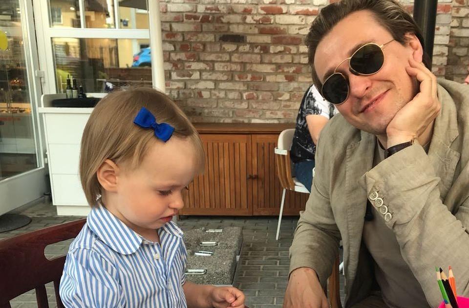 «Счастье сидит рядом и раскрашивает картинки»: Безруков показал подросшую дочку от Матисон